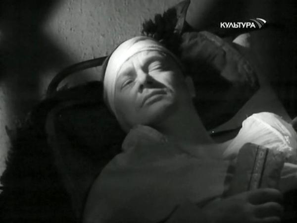 Кадр из фильма Голубая чашка. Раненый герой-рассказчик
