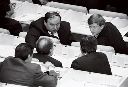 Гайдар и Чубайс депутаты Думы. Лысина принадлежит Сергею Ковалеву