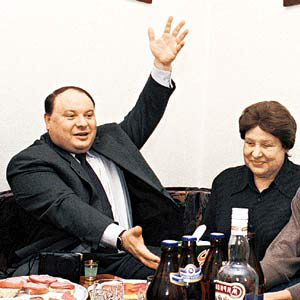 Егор Гайдар за столом с мамой, Ариадной Гайдар-Бажовой