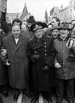 Егор Гайдар с отцом Тимуром Гайдаром (в адмиральской форме) на какой-то демонстрации демократов