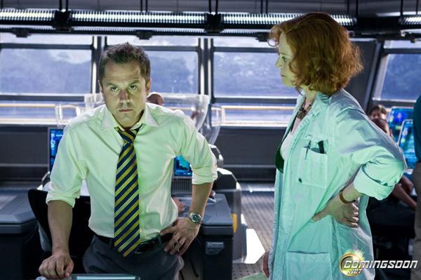 Сельфридж (Джованни Рибизи), начальник земной колонии, гад. И Грэйс (Сигурни Уивер), ботаник, злая тетка, но хорошая, гибнет за правое дело туземцев