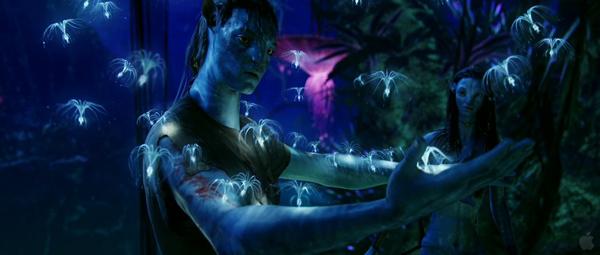 Аватар Джейка Салли знакомится со своим новым телом и природой пандоры. Справа в глубине стоит Нейтири