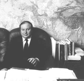 Егор Гайдар в своем кабинете