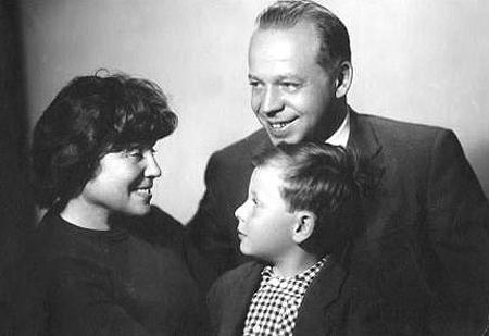 Лия Соломянская (жена Аркадия Гайдара) с сыном Тимуром и внуком Егором 1967 год