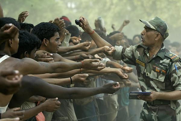 Новобранцы индийской армии. Офицер ставит на каждом печать
