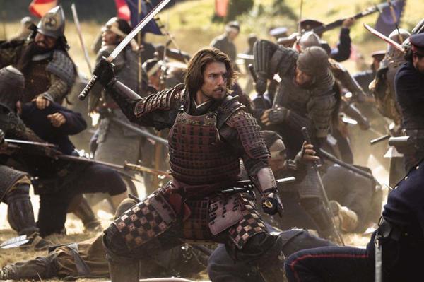 Кадр из фильма Последний самурай. Американец, совсем превратившийся в японца, рубит японских солдат в западной форме