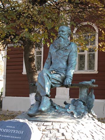 Памятник Кропоткину в Дмитрове. Скульптор Рукавишников