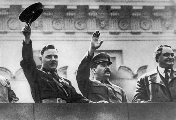 Сталин с соратниками на трибуне
