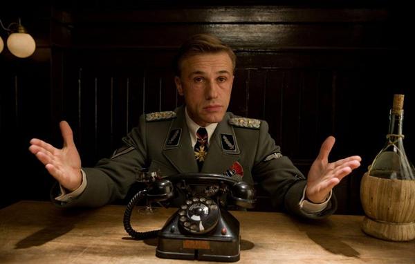 Полковник Ланда беседует с арестованными им бесславными ублюдками