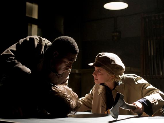Вот так Шошанна и ее черный дружок Марсель обращается с мирными французами