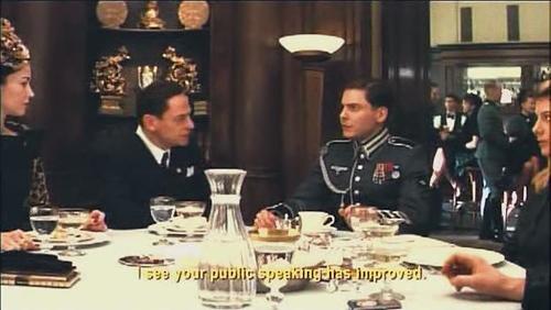 Тот самый солдатик, герой и кинозвезда, беседуе Геббельсом, убеждает его показать фильм Гордость нации в кинотеатре Шошанны (которая видна в правой части кадра)