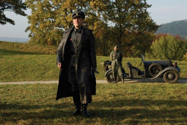 Полковник СС Ганс Ланда (Кристоф Вальц) приехал на французскую ферму