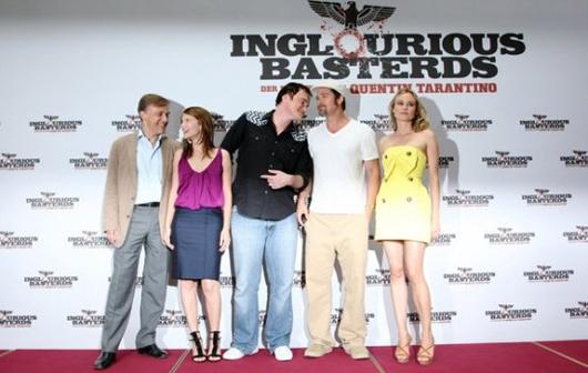 Квентин Тарантино (в центре) с актерами, сыгравшими в Бесславных ублюдках. Слева от него Кристоф Вальц (Штандартерфюрер Ганс Ланда) и Мелани Лоран (Шошанна), справа Брэд Питт (лейтенант Альдо Рейн по прозвищу Апач) и Диана Крюгер  (немецкая актриса Бригит фон Хаммерсмарк, работающая на английскую разведку)