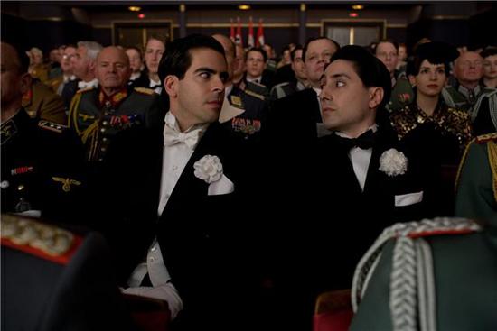Два ублюдка, переодетые в итальянских кинематографистов и обвешанные взрывчаткой, пробрались в кинотеатр Шошанны, где демонстрируется фильм Гордость нации