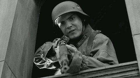 Кадр из фильма Гордость нации, в котором влюбленный в Шошанну солдатик играет самого себя. Кажется именно здесь он спрашивает: Кому еще есть что сказать Германии?