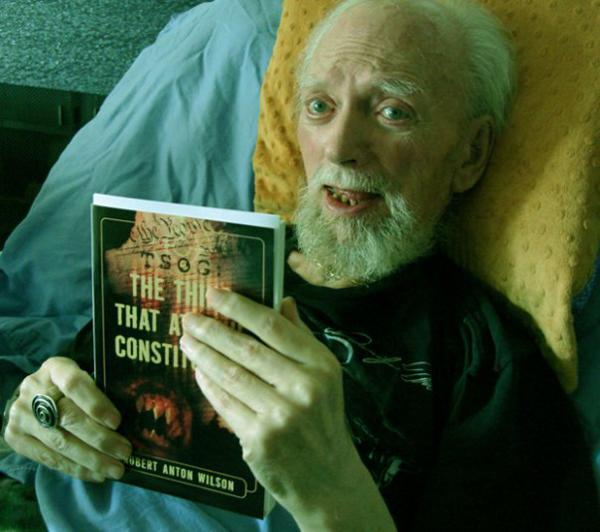 Роберт Антон Уилсон незадолго до своей смерти, уже прикован к инвалидному креслу