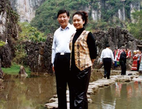 Си Цзиньпин  супругой, певицей Пэн Лиюань
