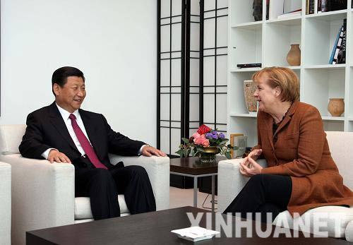 Ангела Меркель пытается о чем-то договориться с Си Цзиньпином. Не слишком удачно, судя по ее растерянной физиономии
