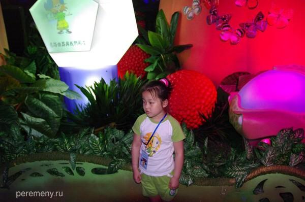 Китайским детям в принципе нравится внеземная растительность российского павильона на ЭКСПО в Шанхае