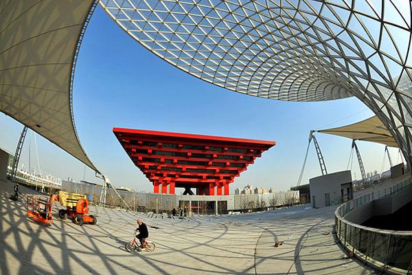 Строительство китайского павильона на ЭКСПО-2010. Перевернутая красная пирамида. Фото с одного из китайских сайтов