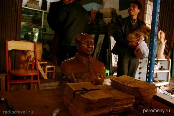 Наньнин. Антикварная лавка. А с портрета будет улыбаться нам железный Мао. Фото Глеба Давыдова