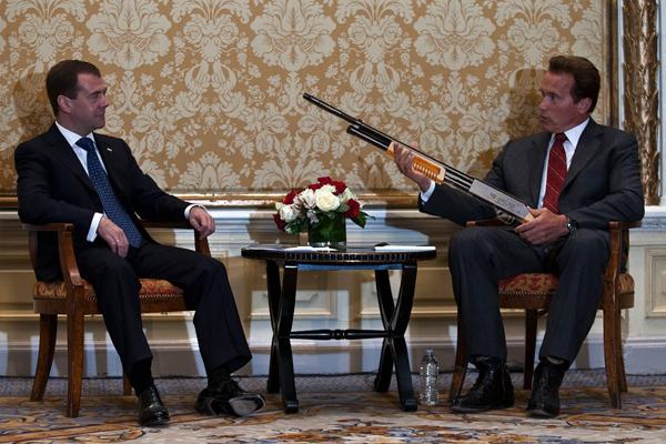 Президент Медведев беседует с губернатором Шварцнегером