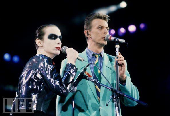 Дэвид Боуи выступает на концерте против СПИДа, посвященном Фредди Меркьюри
