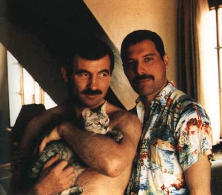 Джим Хаттон (слева, с киской) и Фредди Меркьюри.