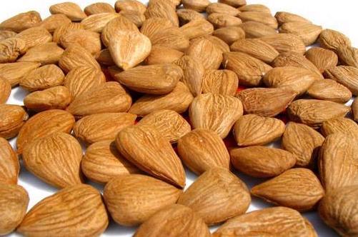 Витамин B17 содержится в абрикосовых ядрах, а также в яблочных косточках и еще в сорока сель.хоз. продуктах