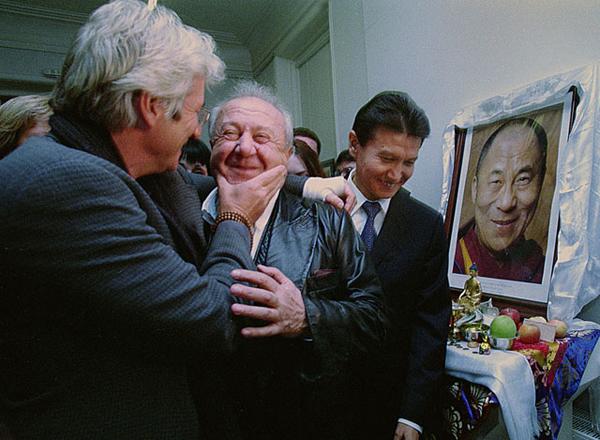 Ричард Гир треплет Зураба Церетили. На заднем плане Кирсан Илюмжинов у портрета Далай ламы