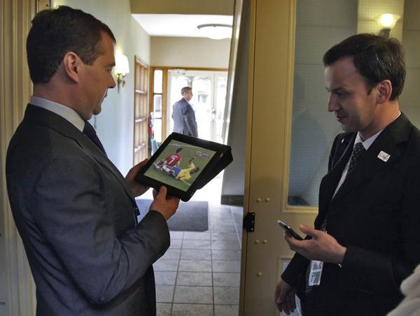 Дмитрий Медведев тоже интересуется футболом. Президент с очередной игрушкой и Аркадием Дворковичем