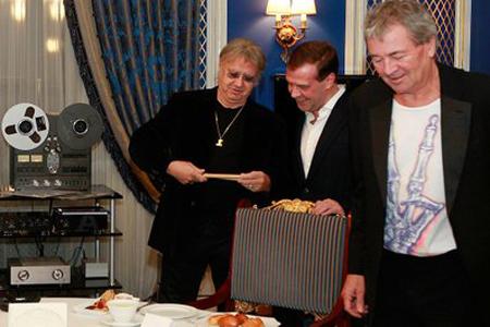 Музыканты Deep Purple подарили Медведеву барабанные палочки. Это даже круче айфона