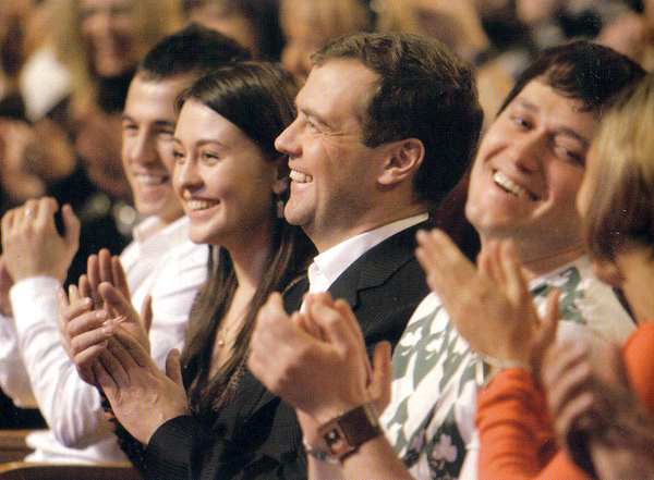 КВН, февраль 2008 года. Человек по левую руку от Медведева на кого-то очень похож