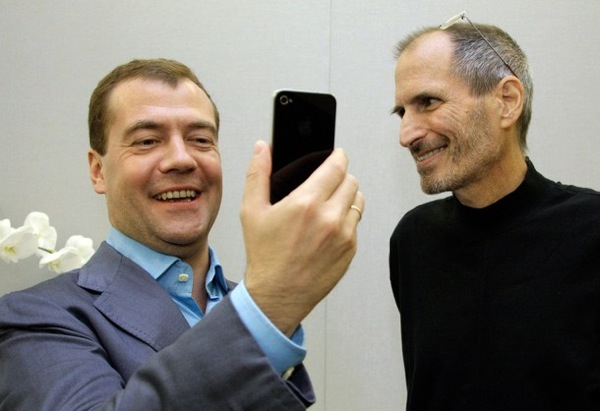 Президент Медведев с айфоном. Руководитель корпорации Apple Inc. Стив Джобс тронут реакцией президента