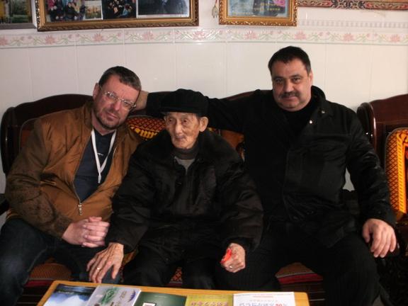 Дедушка из деревни долголетия, 114 лет. Андрей Девятов слева от него
