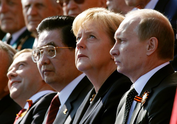 Дмитрий Медведев по-детски радуется парадам