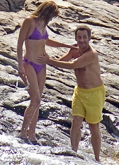 Карла Бруни с мужем на пляже