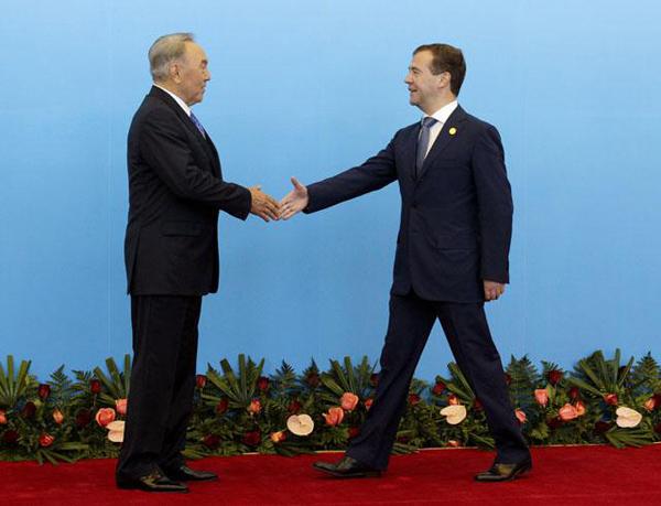 Назарбаев встречает Медведева на саммите ШОС 2011 года в Астане