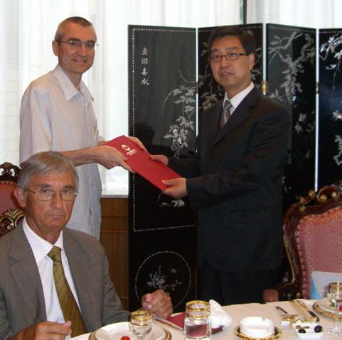 Валерий Муниров вручает Цзи Яньчи стратегические оценки, подготовленные к юбилейному, 2011 года, саммиту ШОС в Астане