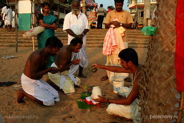 Индия. Варкала. Пуджа (так в индуизме называется богослужение – за здравие, за упокой и по другим поводам). На фото этот ритуал творят у моря. Фото Глеба Давыдова
