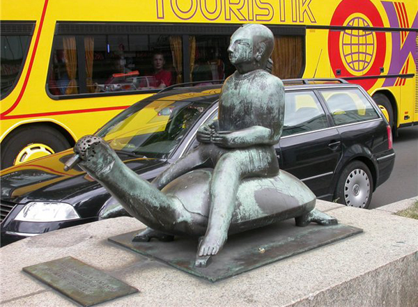 Восточный мудрец верхом на черепахе. Скульптура в Берлине