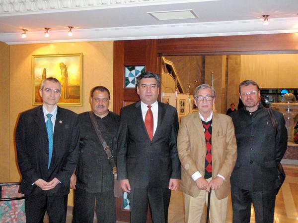 Чрезвычайный и Полномочный Посол Республики Узбекистан в Российской Федерации Пулатходжаев З.С. (в центре) в окружении небополитиков