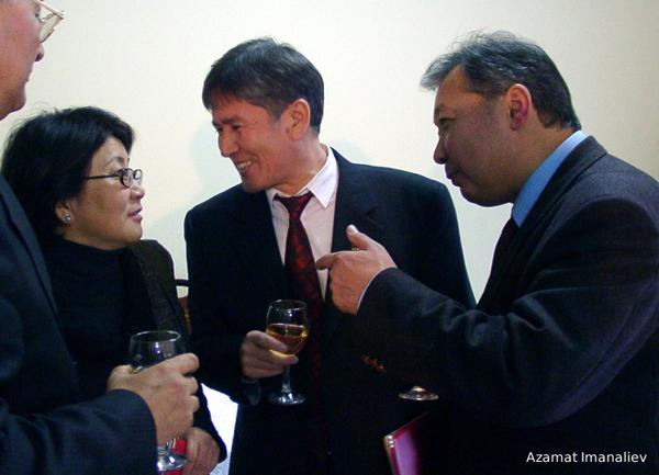 Три президента Киргизии: Роза Отунбаева, избранный президент Алмазбек Атамбаев (в центре) и Курманбек Бакиев. Фото Азамата Иманалиева 2004 год