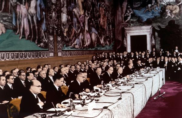 Римское Соглашение было подписано в 1957 и вступило в силу в 1958. Это создало Европейское Экономическое Сообщество.