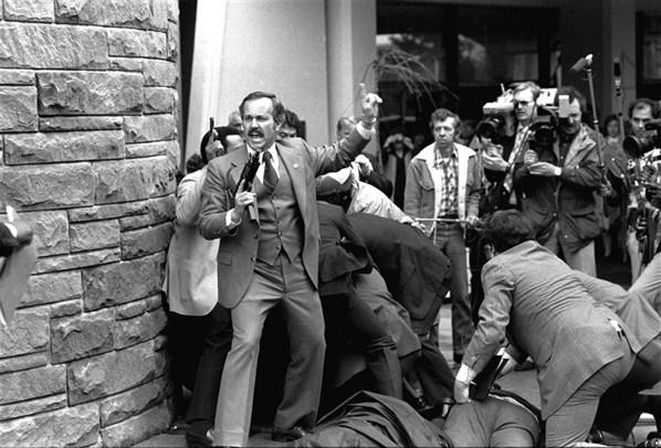 Покушение на Рональда Рейгана. Джон Хинкли стрелял из толпы, за три секунды он нажал на курок шесть раз, попал кроме президента в трех человек, но ни одного не убил
