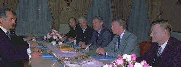 На переднем плане слева шах Ирана, справа Картер и Бжезинский