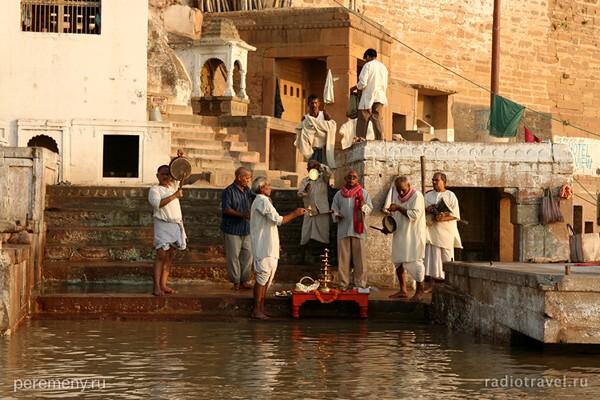 Индия. Обряд у воды. Фото Глеба Давыдов