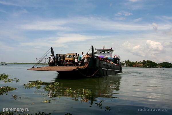 Индия. Паромная переправа на одной из ее рек. Южная Индия, Керала. Фото Глеба Давыдова