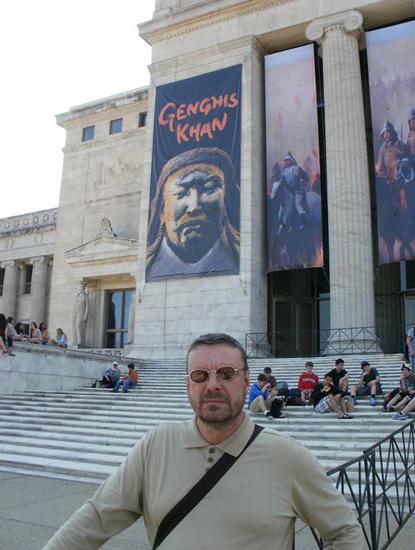 Андрей Девятов у входа на выставку