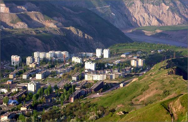 Город Рогун. Вдали река Вахш, на которой строится Рогунская ГЭС